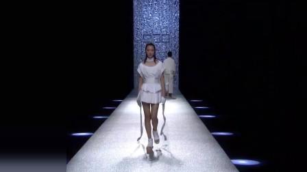时装秀:白色短裙清新素雅,美女模特慢步走近