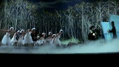 光头佬恶搞舞台剧,把小天鹅们吓得不行,搞笑