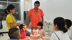 搞笑视频:小儿子跟爸爸争着过生日,一起唱歌