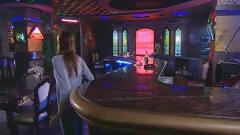 美女来到酒吧发现没人,男子却突然从吧台站起