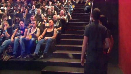 国外恶搞:当情侣走进电影院,发现坐满了黑社