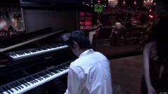 美女在酒吧里挑逗钢琴王子,说话太逗了