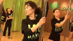 7旬老**跳钢管舞,还是中国年龄最大的钢管舞者