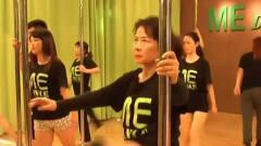 健身教练遇上倔老太,腿都紫了还要练钢管舞,