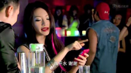 家庭剧:美女去酒吧,帅哥借机送酒搭讪她,美