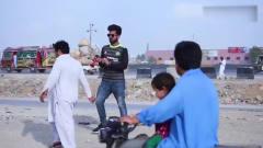 国外爆笑街头恶搞:印度男突然朝路人按下大喇