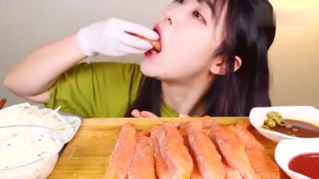 吃播:韩国美女吃货试吃三文鱼刺身,一口塞一