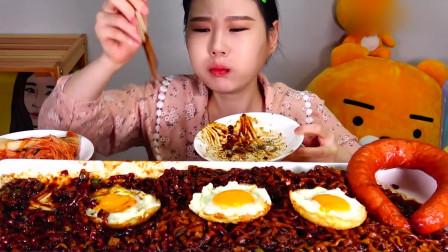 大胃王:韩国美女吃5桶黑豆炸酱面+Kiel*asa香肠,