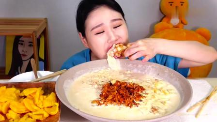 吃播:韩国美女吃货试吃芝士锅配芝士热狗,大