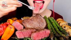 韩国美女吃货:吃韩牛配着芦笋,大口咀嚼真过