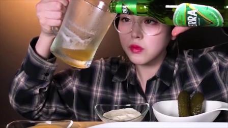 大胃王:韩国美女吃播,试吃炸豆腐大虾,一口