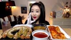 韩国网红美女,吃长长的咖喱米肠+泡菜,看得很