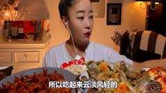 韩国吃播美女吃生螃蟹,一口秒吞半只,小姐姐
