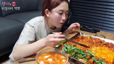 吃播:韩国大胃王美女吃辣炒芝士乌冬面,最后