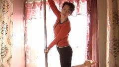 大妈要跳钢管舞,还在自己屋里安上钢管练舞,