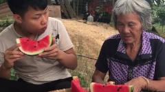 搞笑视频:祖孙俩比赛吃西瓜,奶奶厉害了,一