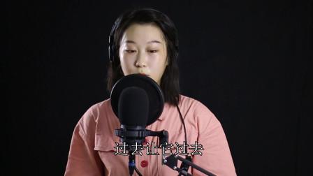 美女翻唱一首《心动》唱的非常抓心,而且声音
