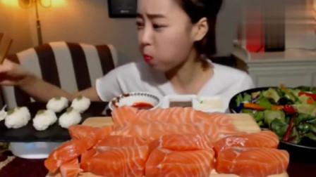 韩国吃播,美女吃三文鱼蘸料,一块一口吃的真