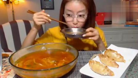 韩国吃播美女吃一大碗冷炒码面和大饺子,看着