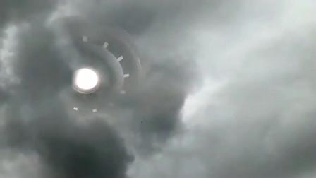 外国网友在窗口拍摄到云层中的巨型UFO画面!