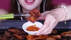 吃播:韩国美女吃货试吃烤牛肠配五花肉,再来