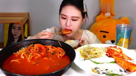 """韩国吃播:""""部队汤+乌冬面+猪排"""",搭配萝卜泡"""