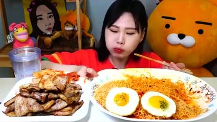 大胃王:韩国美女吃油炸五花肉配拉面,大口吃