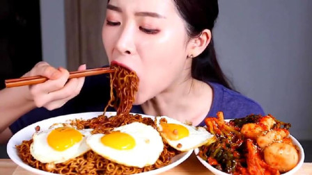 韩国吃货美女吃炸酱面、煎蛋、泡菜,煎蛋像极