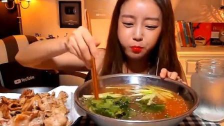 韩国大胃王美女来吃播了,吃泡菜冷面,直接端