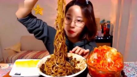 韩国大胃王美女来吃播了,吃炸酱面+泡菜,泡菜
