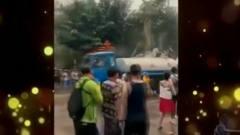 家庭幽默录像:一群人的喷水枪遇到一辆喷水车