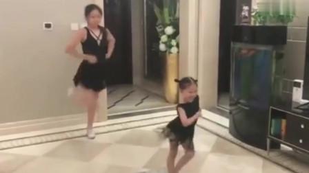 拉丁舞:两个小妹妹家里练习拉丁,小的那个妹