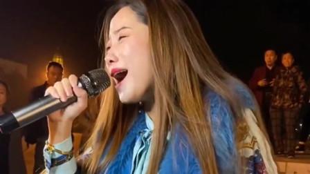 美女实力翻唱《万爱千恩》情到浓时眼含热泪