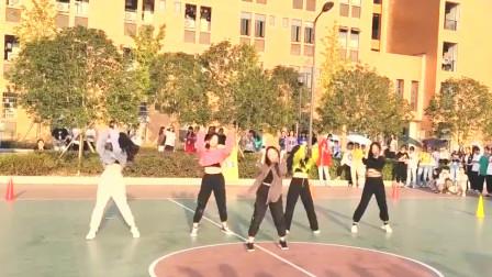 美女小姐姐在学校篮球场上热舞,夺得全校男生