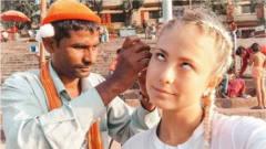 """印度街头职业""""掏耳人""""技术有多牛?一勺下去"""