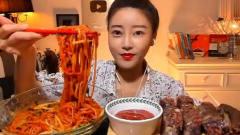 韩国大胃王美女来吃播了,吃双人份牛筋面,能