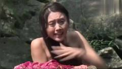 美女在河中洗澡,想不到被瀑布下的小伙都看见