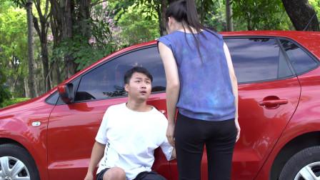小伙偷车被美女发现,没想美女还给小偷帮忙,
