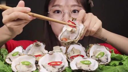 吃播:韩国美女吃货试吃生蚝刺身,配上一个新