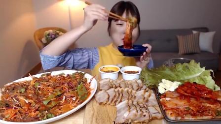 吃播:韩国美女吃货试吃白切肉配韩式辣白菜,
