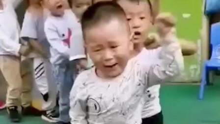 搞笑视频:这小子真有气势,走着穿尿不湿的步