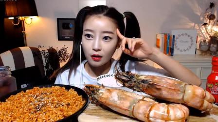 韩国网红美女吃播:黑虎虾蘸着火鸡酱吃,满嘴