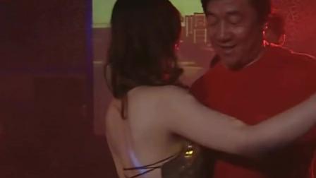 红蜘蛛:老板去酒吧玩,被美女的漂亮脸蛋吸引