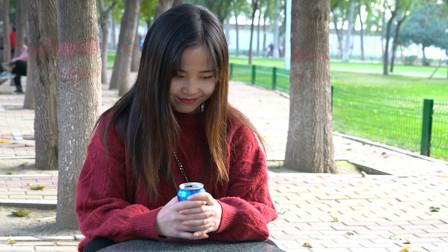 搞笑视频:妹子在公园看到帅哥,开心地合不拢
