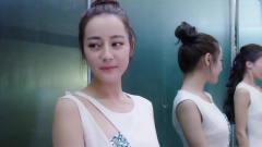 """两女电梯里尴尬撞衫,为""""争妍斗艳"""",看美女"""