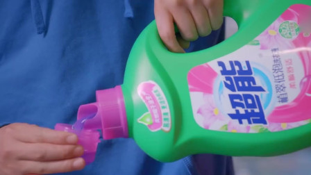 美女惊醒起床,男闺蜜将洗衣液当水喝!太搞笑