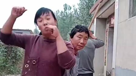 搞笑视频:闺女在搞笑的路上越走越远,老爸也