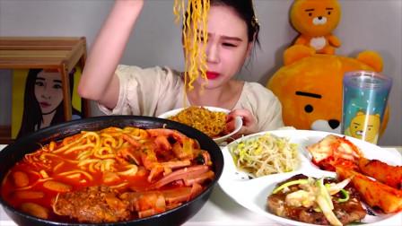 韩国大胃王美女,吃超辣乌冬面搭配烤肠,吃的