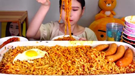 韩国美女,吃一大锅超辣乌冬面,吸溜看着太馋