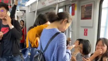 搞笑视频:这才是自黑的最高境界,旁边的人都
